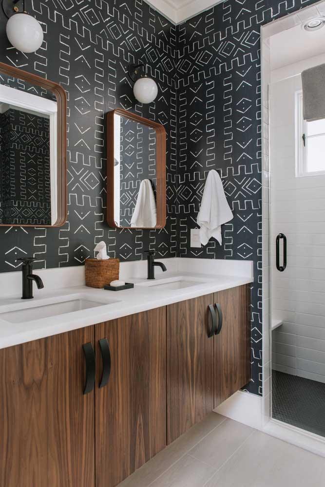 Para os modernos, um lavabo com papel de parede preto e figuras geométricas em branco, como uma parede lousa