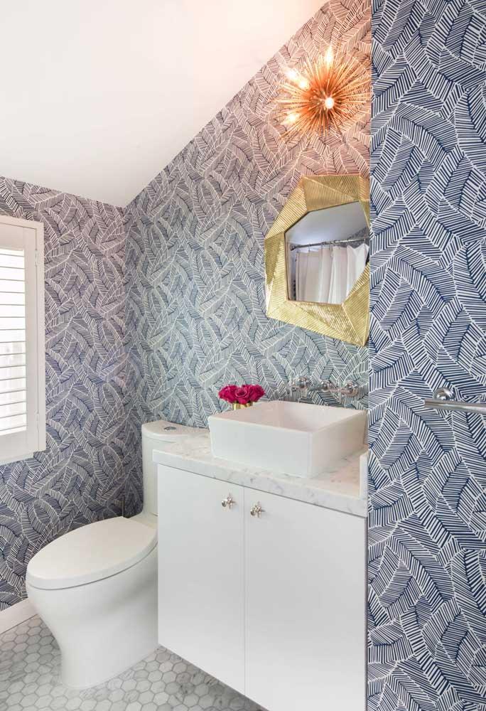 A neutralidade do azul foi muito bem explorada nesse papel de parede para lavabo