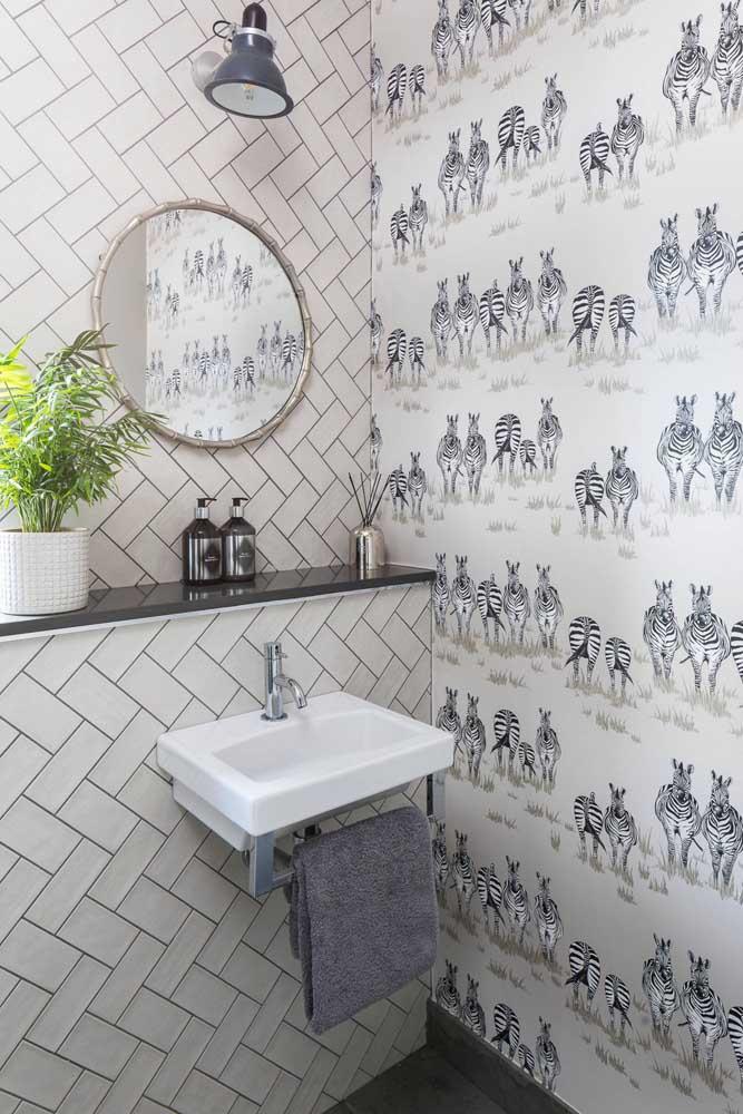 As zebras também são tema desse lavabo pequeno e cheio de estilo