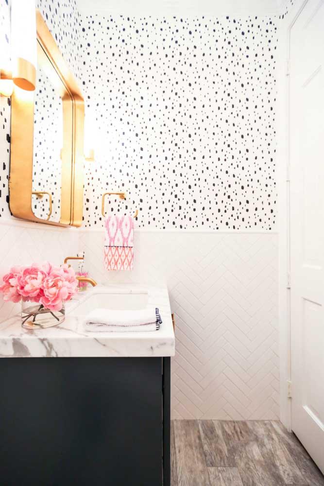 Nesse outro lavabo, a opção foi usar papel de parede apenas na metade superior da parede