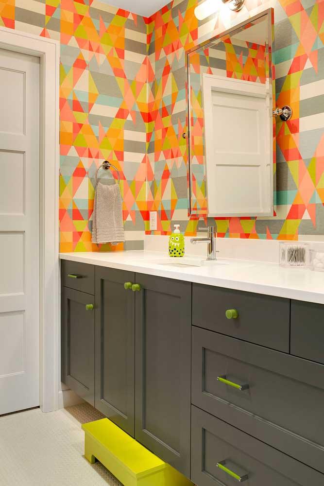 Os tons vibrantes do papel de parede do lavabo se harmonizam diretamente com os detalhes do ambiente