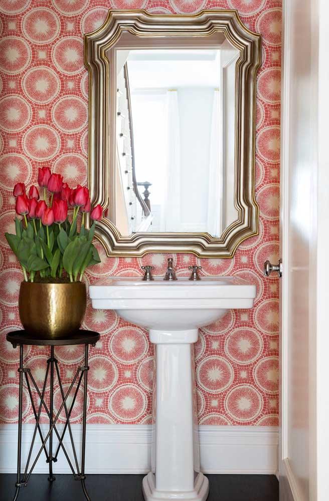 Papel de parede vermelho para o lavabo? Claro que sim! Olha que linda sugestão