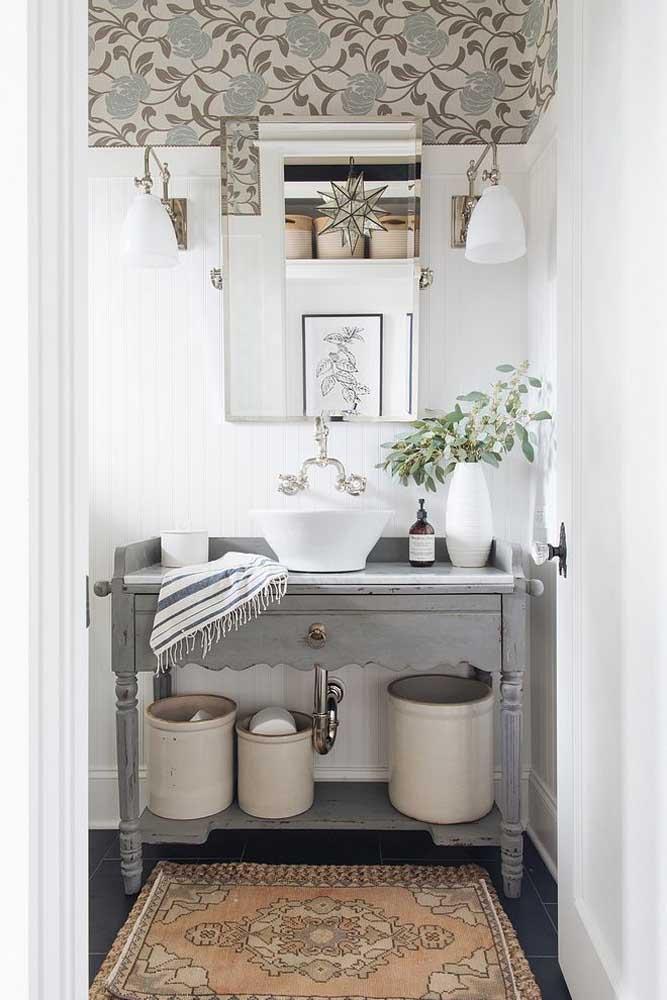 Se preferir, ainda tem a opção de revestir apenas a parte superior do lavabo com papel de parede; veja como a intervenção fica elegante e moderna