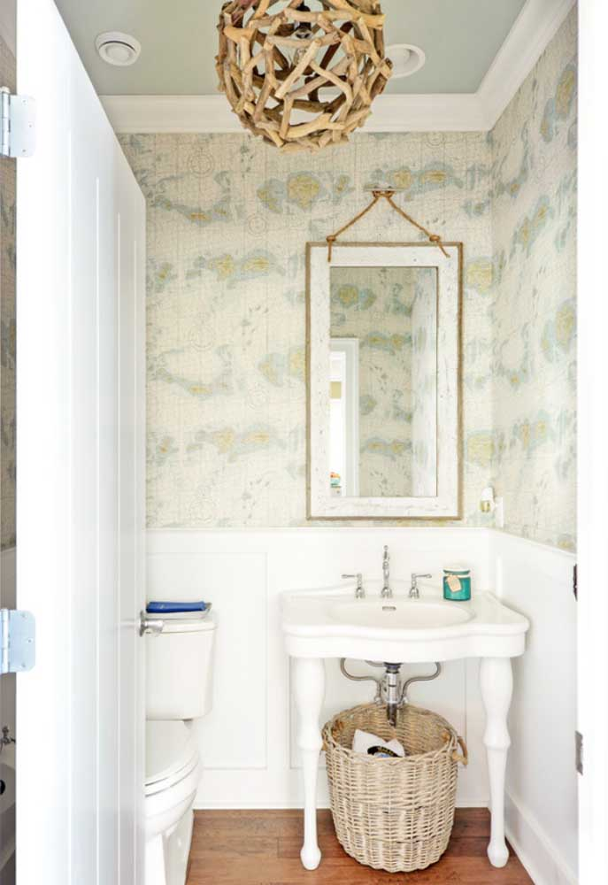 Charme vintage para o lavabo com o papel de parede de estampa floral