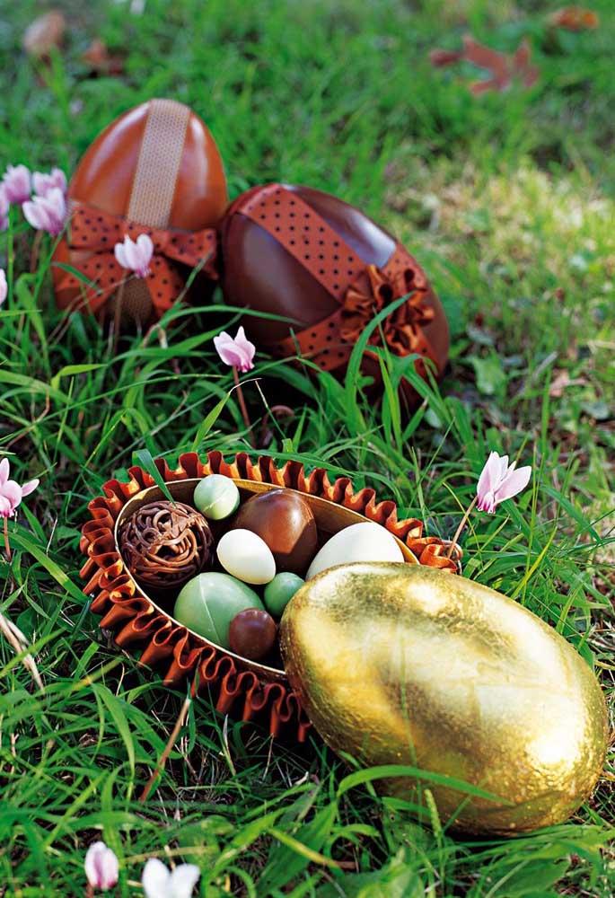 Ovos de Páscoa recheados com bombons variados