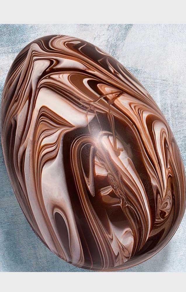 Uma escultura em madeira? Não, são ovos de páscoa com trabalho de desenho no chocolate, semelhante a madeira talhada