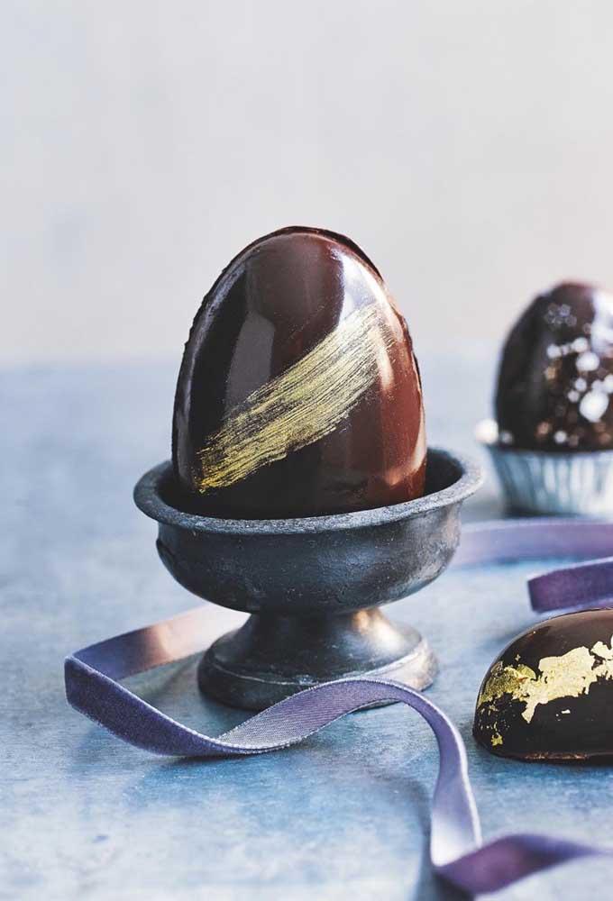 Ovo de Páscoa gourmet, com destaque para a pincelada dourada no meio