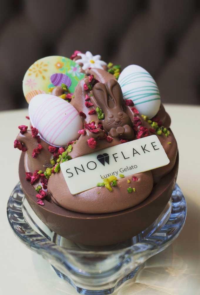 Ovo de Páscoa de colher com detalhes e bombons de chocolate, além de flores e itens comestíveis