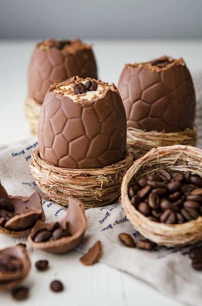 Ovos de Páscoa gourmet de cappuccino; destaque para o ninho de palha em que ele foi colocado