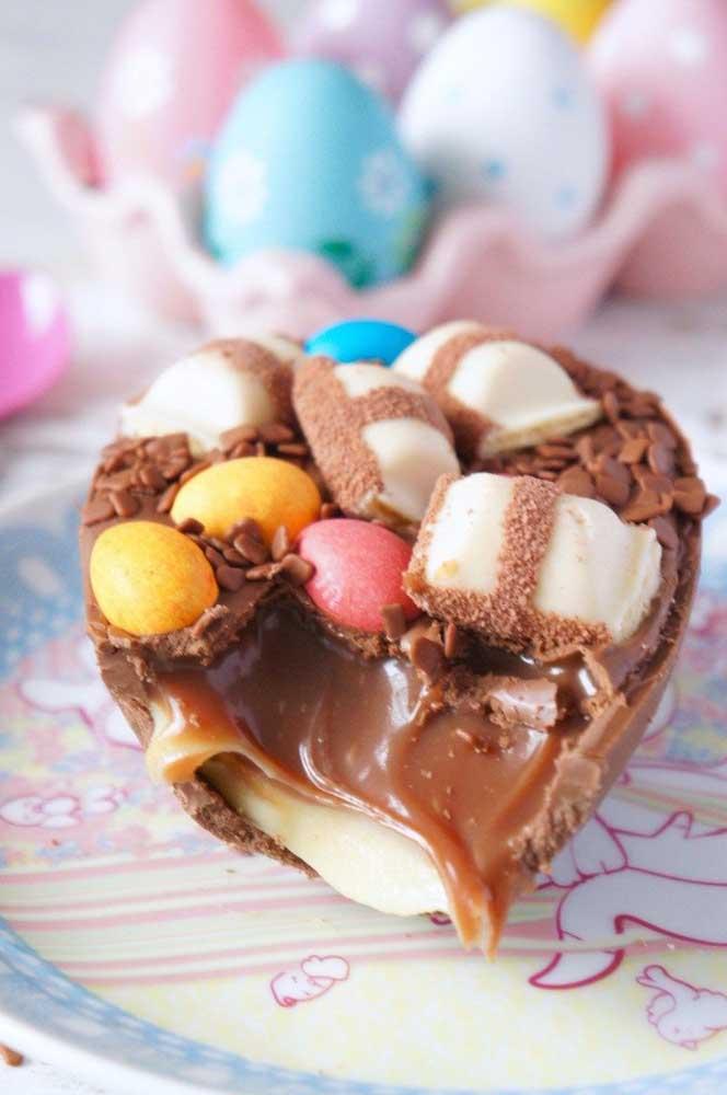 Ovo de Páscoa de colher com recheio e pedaços coloridos de chocolate