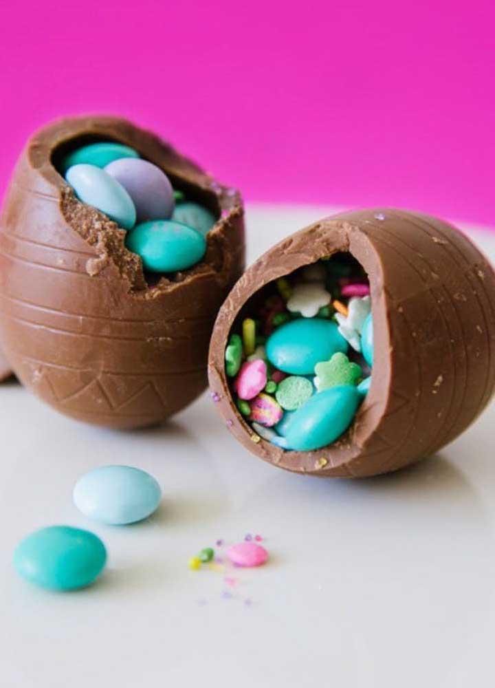 Esses pequenos Ovos de Páscoa foram completamente recheados com confetes de chocolate; resultado lindo e delicioso