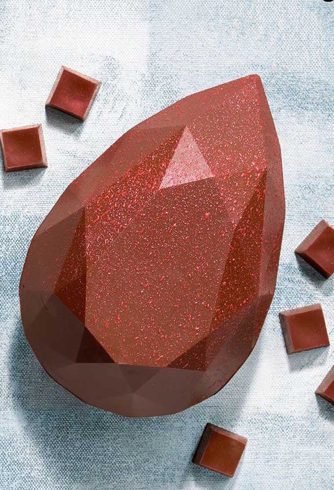 Uma joia de Ovo de Páscoa! O formato da pedra diamante foi feito em chocolate ao leite