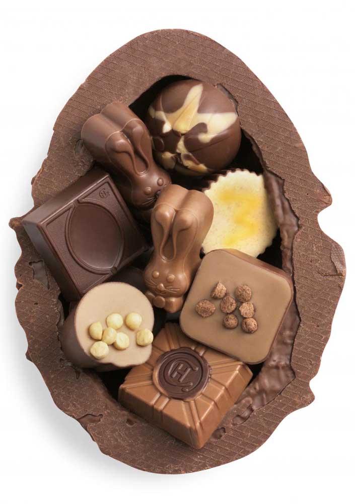 Ovo de Páscoa com bombons variados em chocolate branco e chocolate ao leite, com crocantes na composição