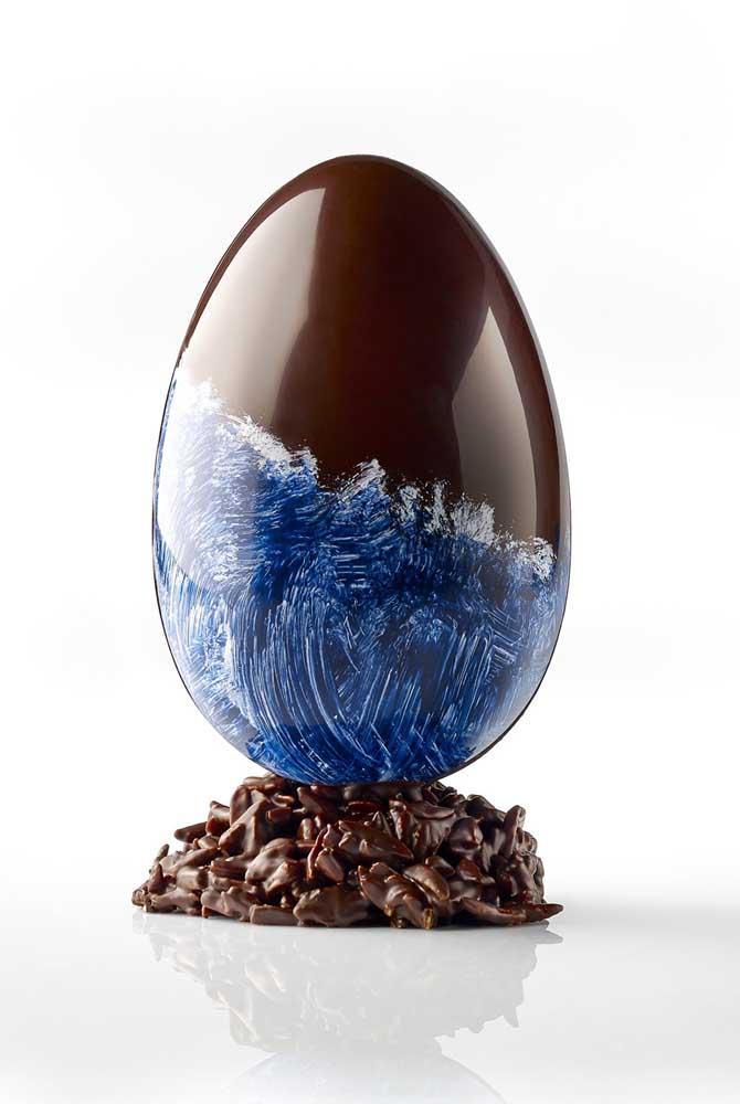 Ovo de Páscoa gourmet com pintura em tonalidades azul e branco; dá até para decorar a casa com ele