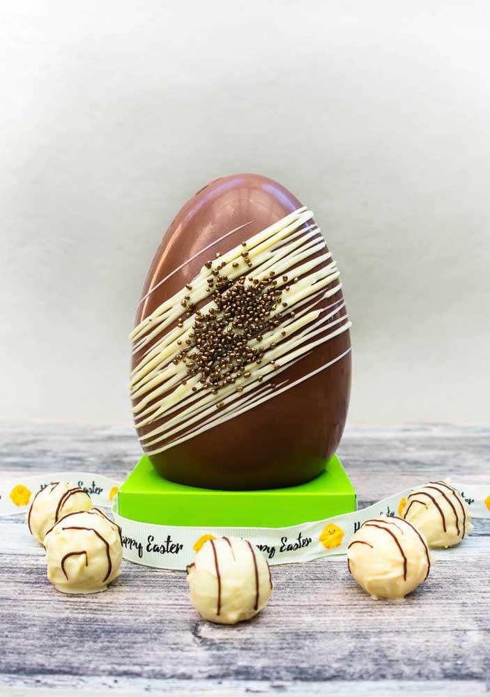 Ovo de Páscoa de chocolate ao leite com chocolate branco; dois sabores irresistíveis em um único pedaço