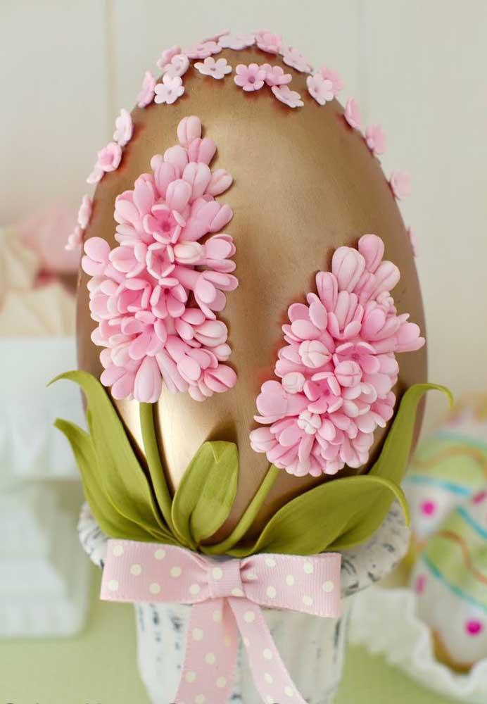 Que lindo e delicado trabalho de flores no Ovo de Páscoa decorado