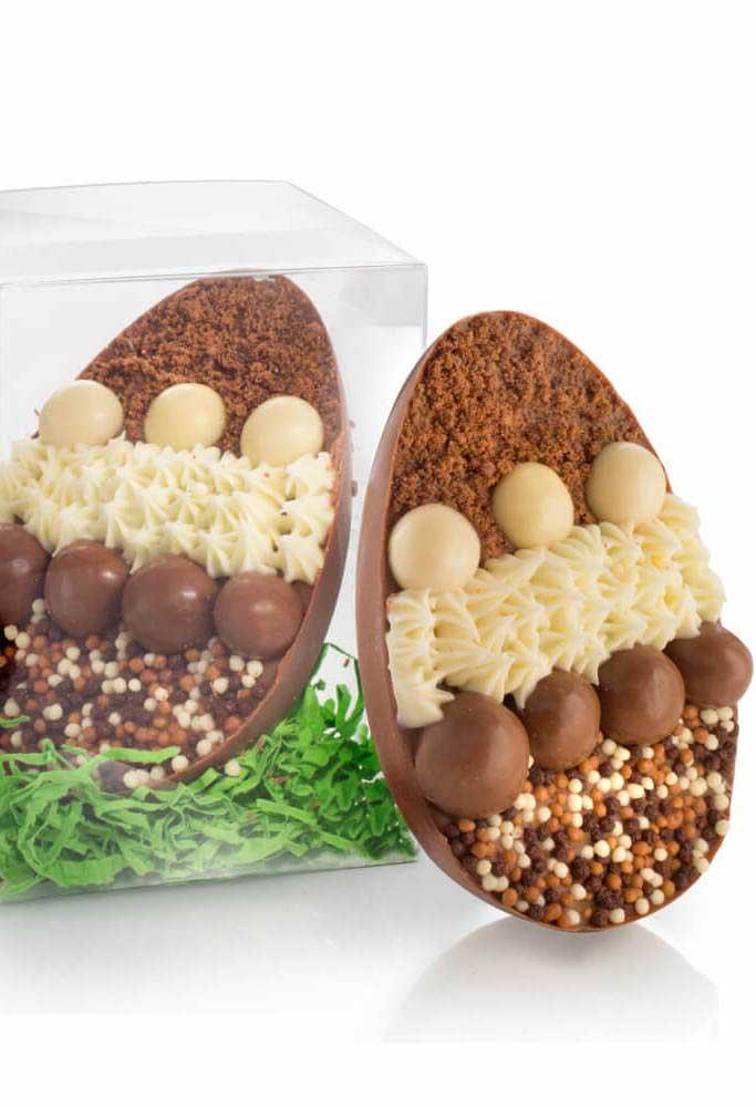 Ovo de Páscoa de colher com recheios de chocolate ao leite, chocolate branco e confeitos de chocolate divididos em faixas