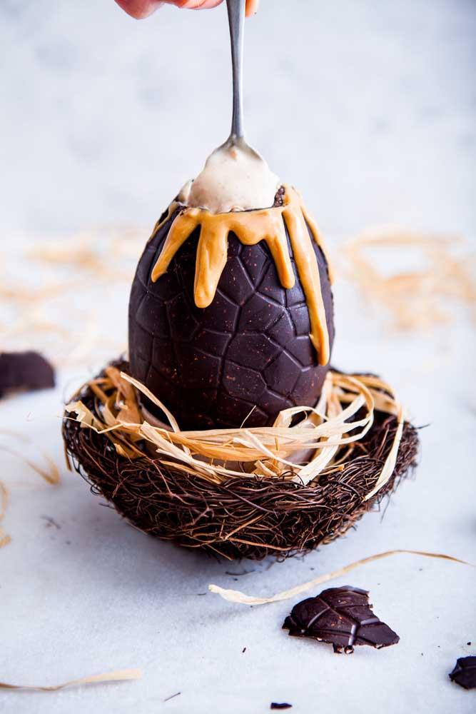 O ninho que acompanha esse ovo de páscoa recheado é um charme a parte