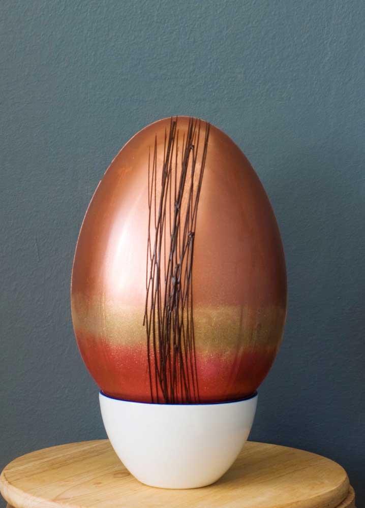 Ovo de Páscoa estampado e decorado em tons de cobre