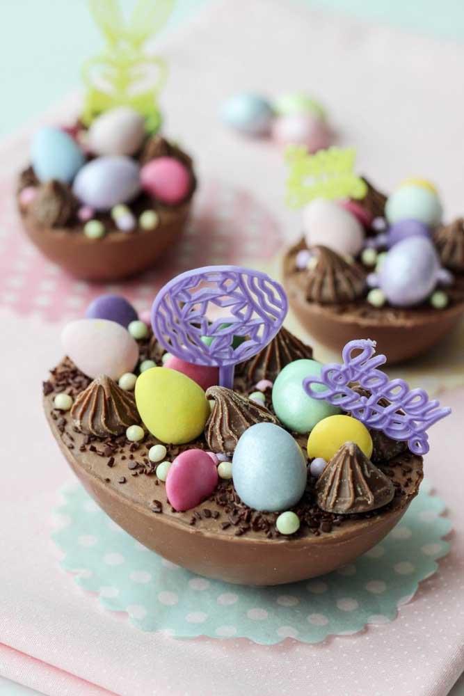 Ovo de Páscoa de colher com ovinhos de chocolate ao leite coloridos