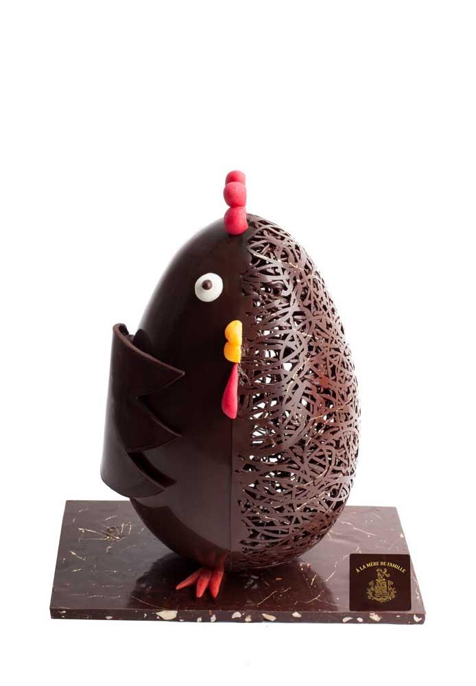Divertido, esse ovo de páscoa traz o formato de meia galinha em dos lados
