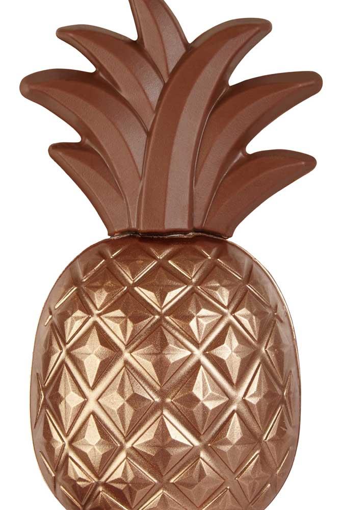 Um Ovo de Páscoa super diferente em formato de abacaxi com detalhes em dourado no chocolate ao leite