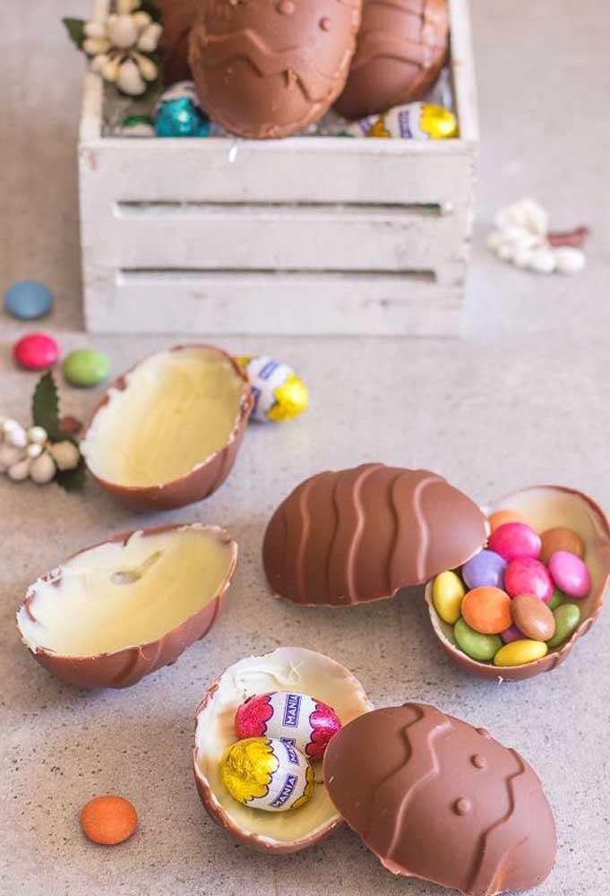 Ovos de Páscoa de chocolate ao leite por fora e chocolate branco por dentro com confetes e bombons de chocolate; as crianças vão adorar a ideia