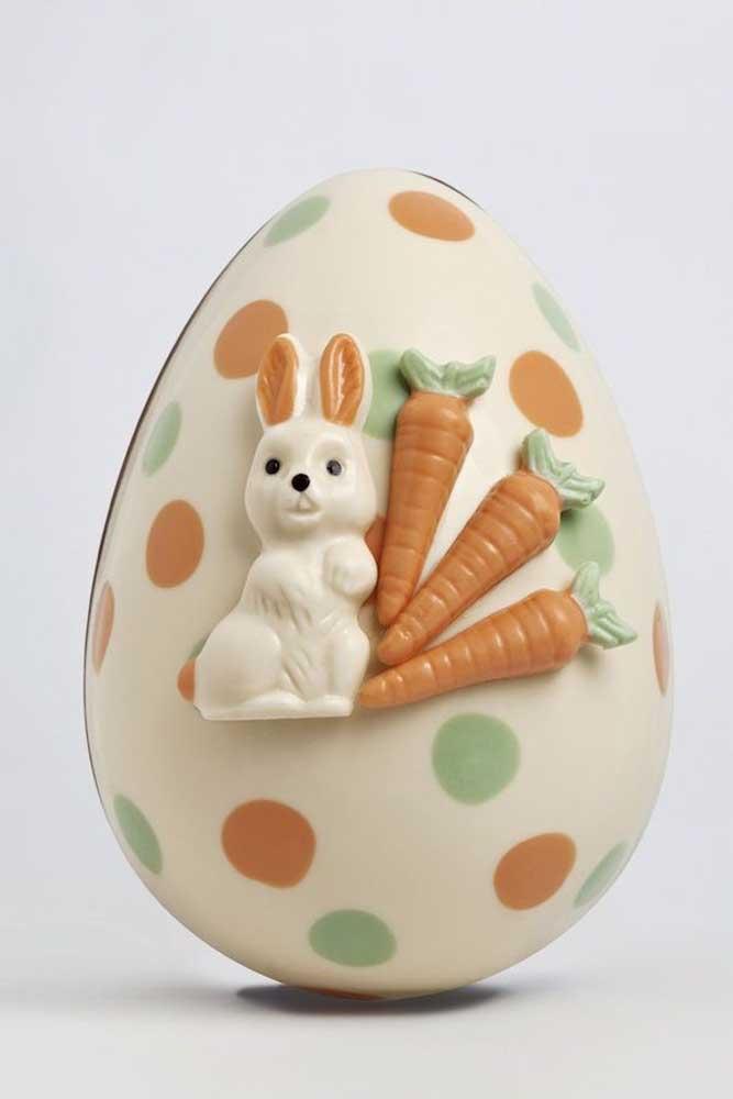 Ovo de Páscoa decorado para crianças; uma obra de arte feita com chocolate