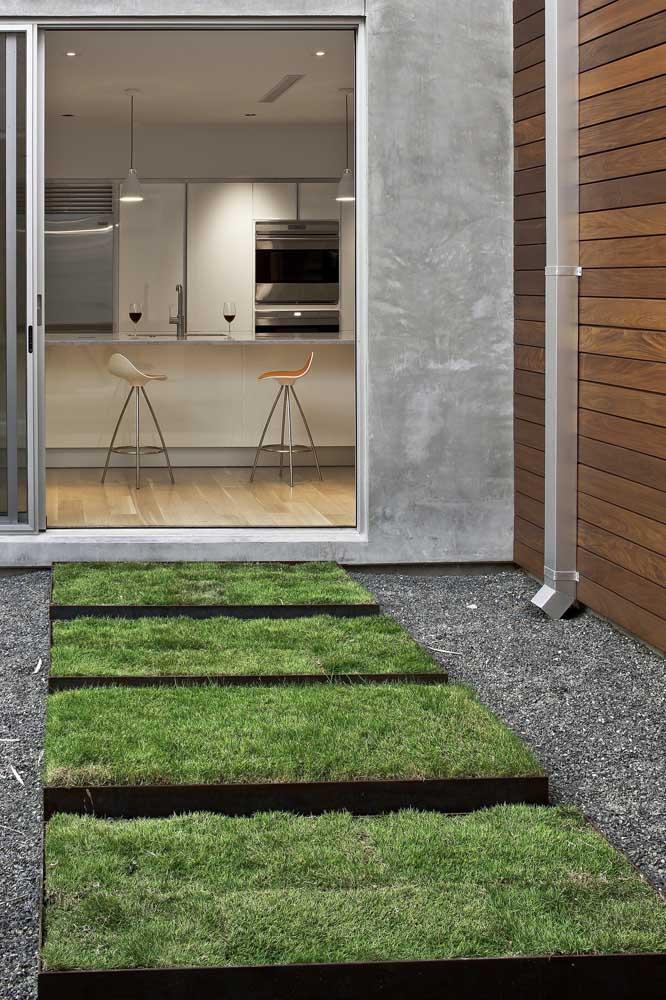Quadradinhos de grama batatais garantem o acesso entre cozinha e área externa