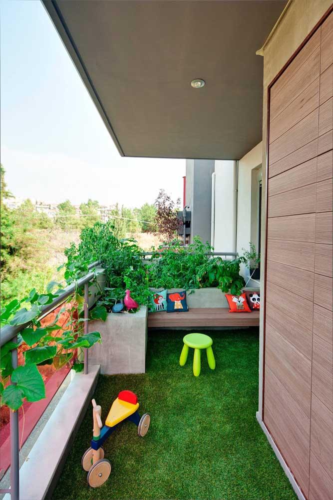 A varanda desse apartamento ganhou uma cobertura fresca e verde