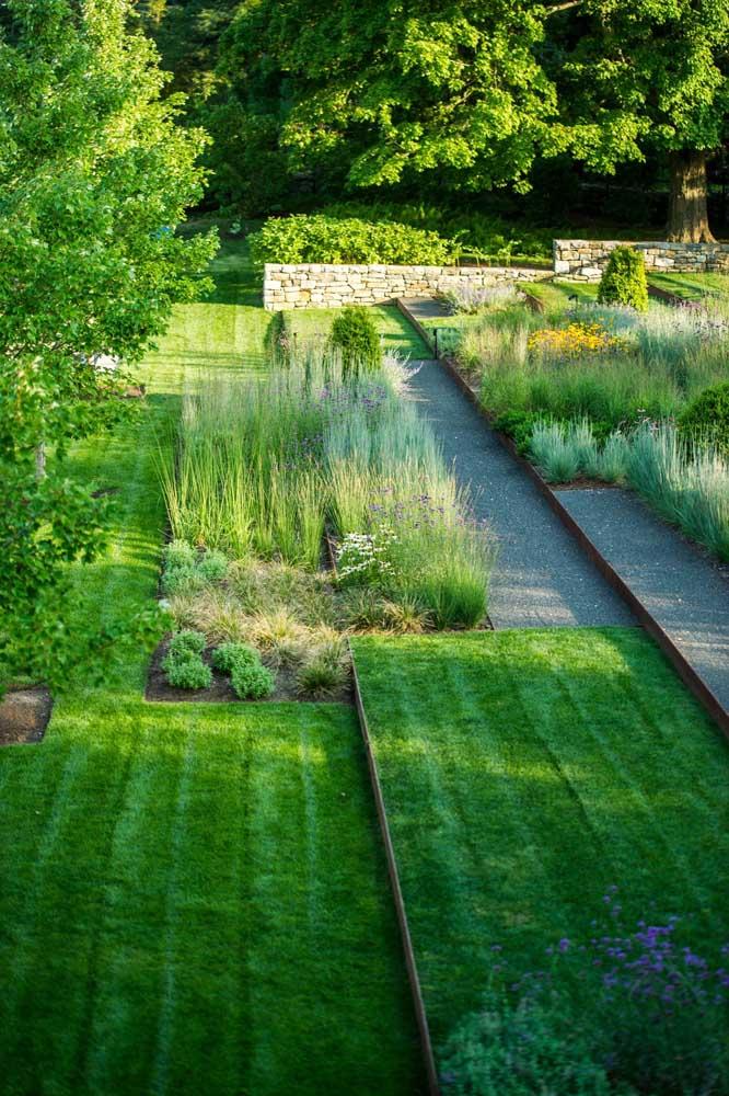Use a grama esmeralda sem medo em locais de passagem e fluxo de pessoas, elas se regenera rapidamente