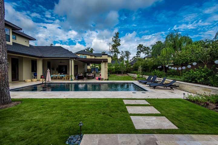 A grama esmeralda garante frescor para a área externa