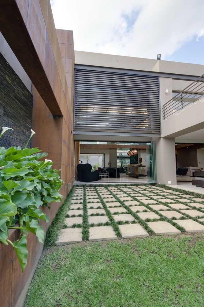 Para evitar danos à grama preta, a solução foi instalar pisos de concreto para a passagem