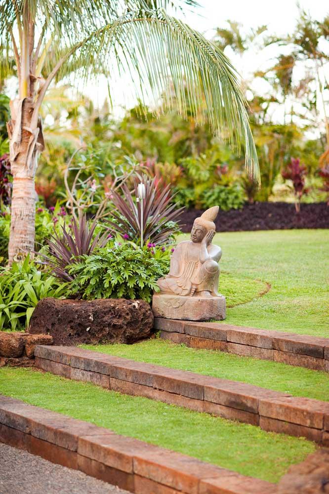 Um gramado bem aparado, como esse da imagem, é um convite para dias de descanso e relaxamento
