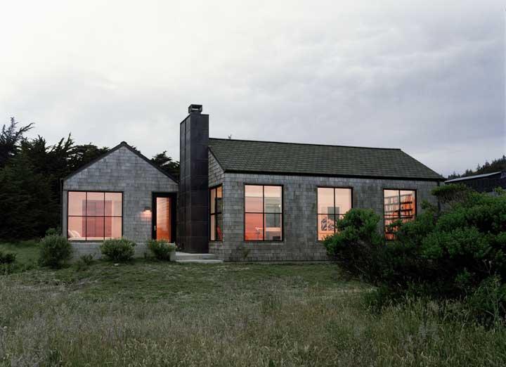 A casa em meio a natureza deu permissão para que a grama crescesse livremente