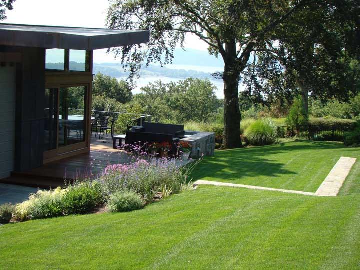 Um gramado como esse deixa qualquer casa mais bonita
