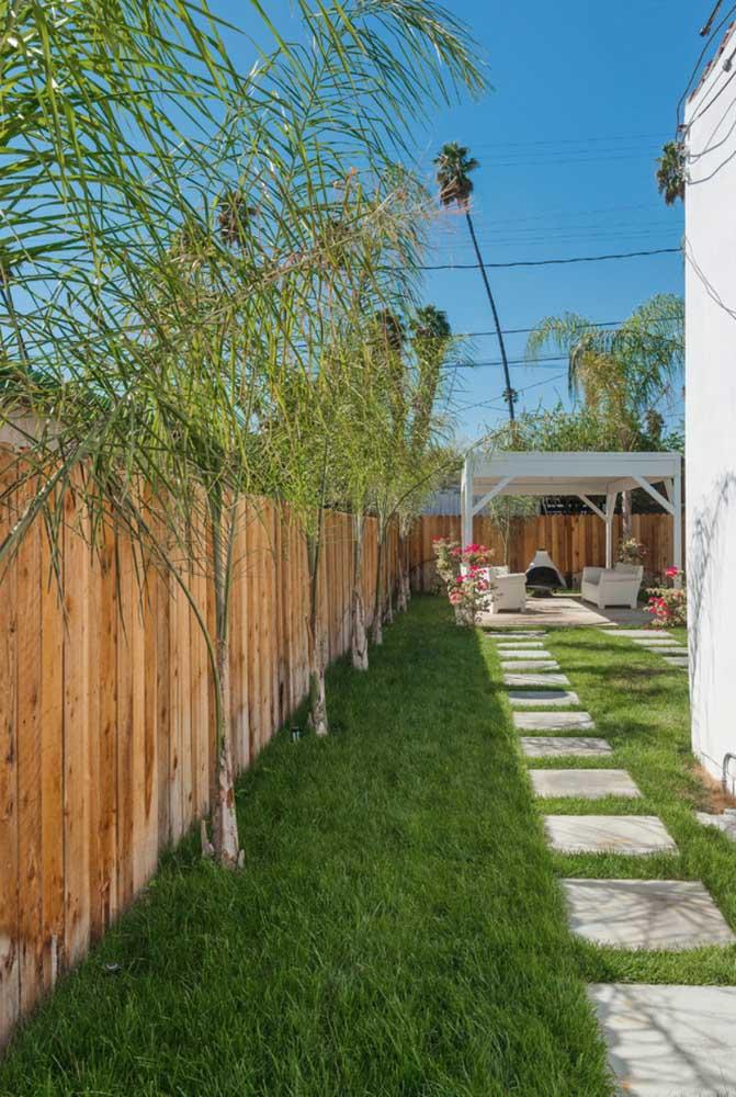 Mais alta, a grama São Carlos confere um visual rústico ao jardim