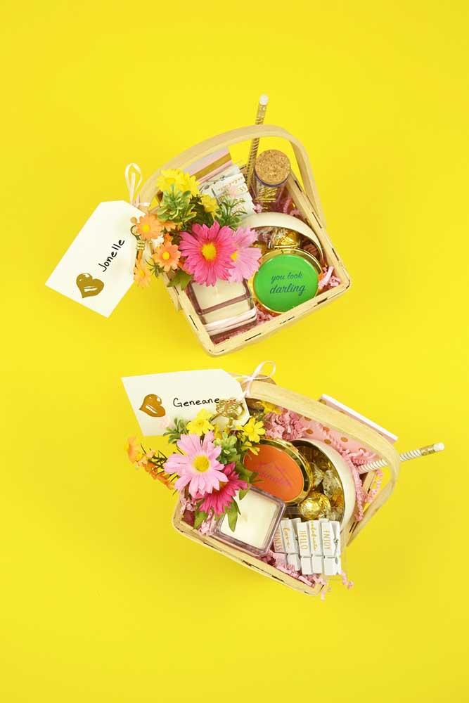 Sugestão de cesta de Páscoa para namorados composta por flores coloridas, velas perfumadas e doces finos