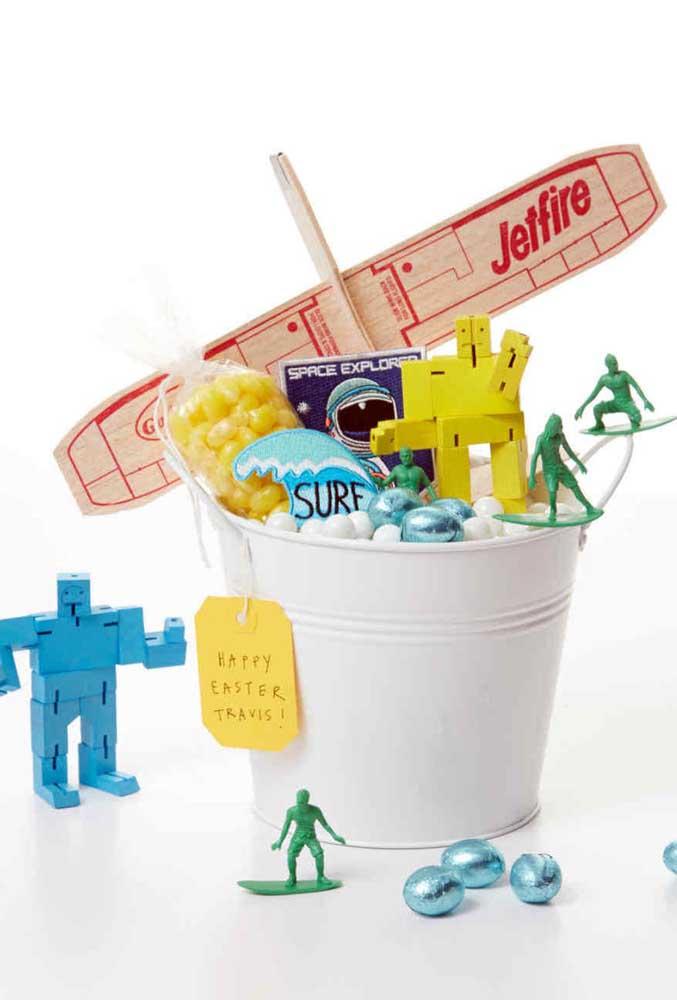 Cesta de Páscoa para meninos montada na lata, com doces e bonequinhos
