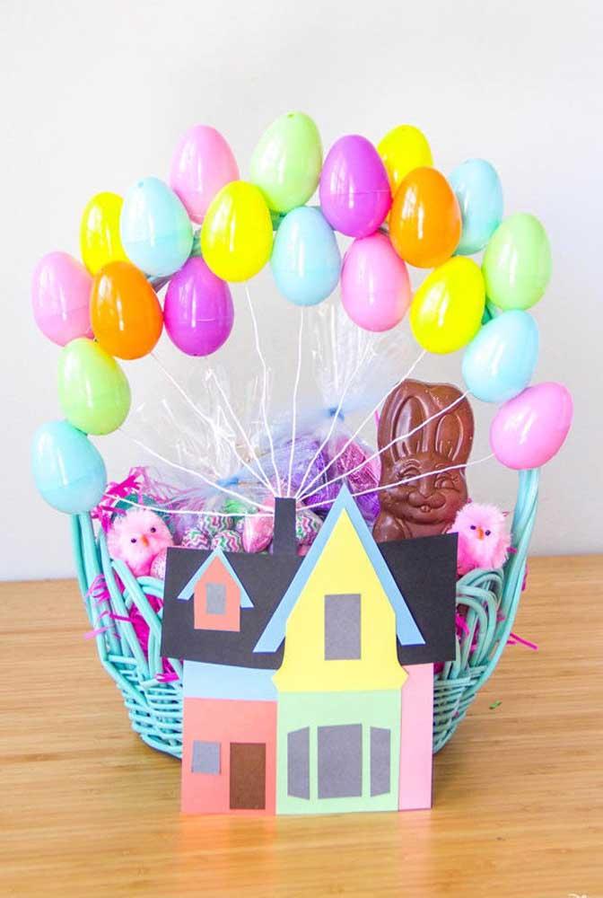Que linda essa cesta de Páscoa colorida, com ovinhos que imitam balões