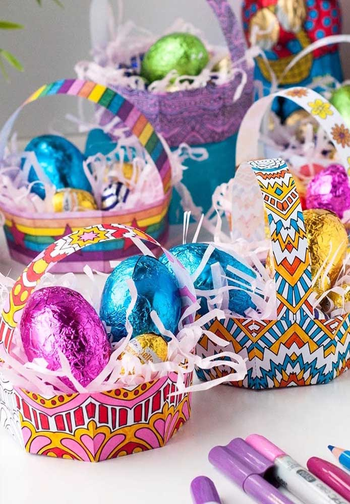Cestas de Páscoa simples feita em papel com ovos pequenos e médios