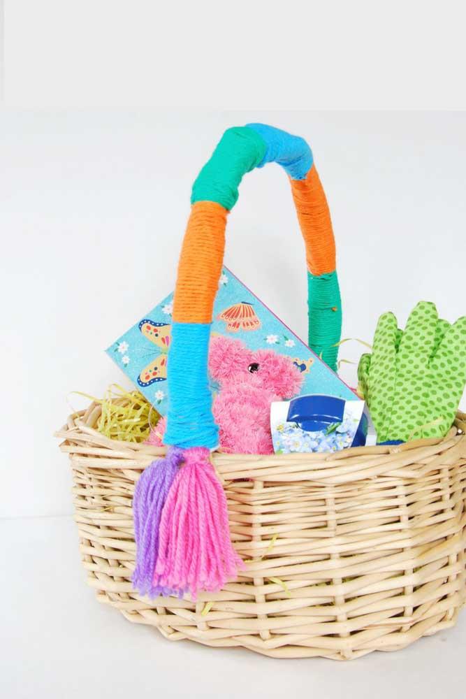 Cesta de Páscoa em vime para crianças; destaque para a alça colorida