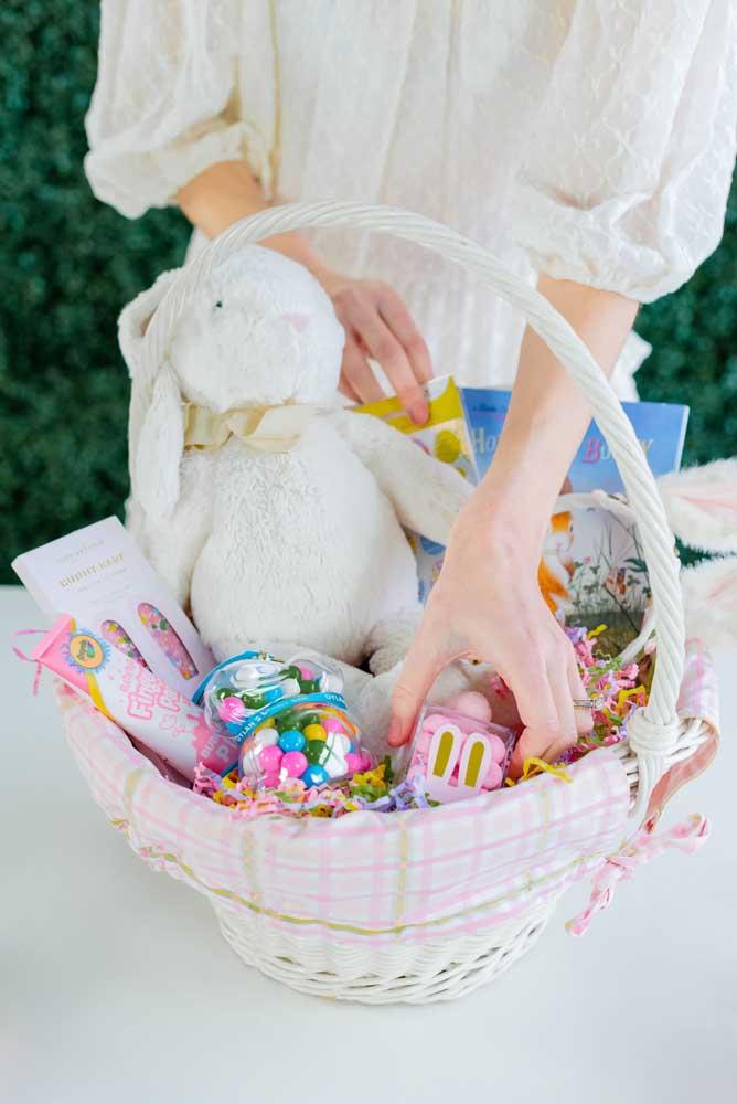 Uma bela inspiração de cesta de Páscoa com coelho de pelúcia e doces