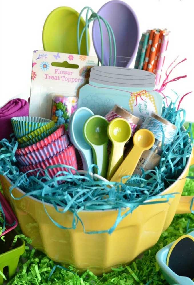 Para quem adora cozinhar, uma cesta de páscoa para botar a mão na massa e fazer lindos e deliciosos cupcakes