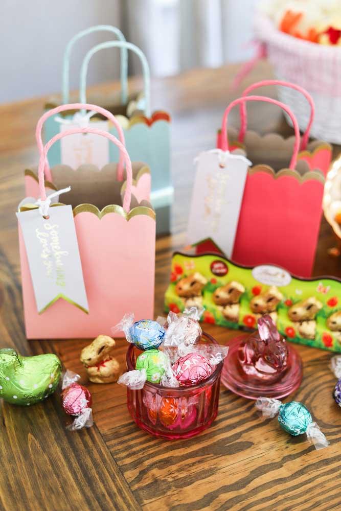 Cestas de Páscoa em sacolinhas de papel com bombons e coelhinhos de chocolate