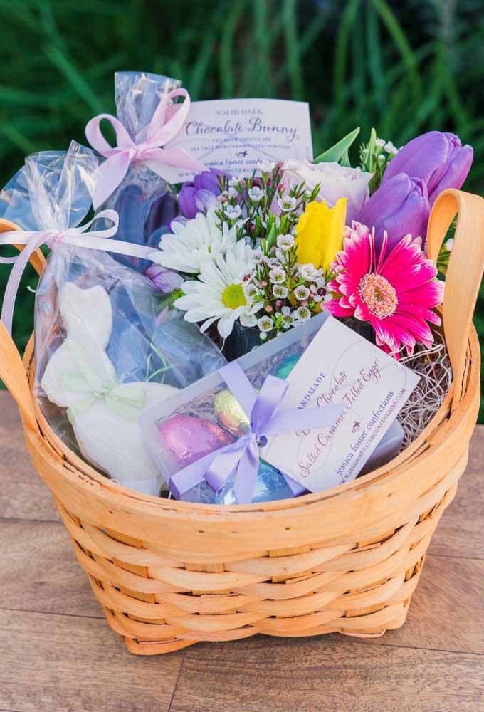 Cesta de páscoa para mulheres com flores e chocolates