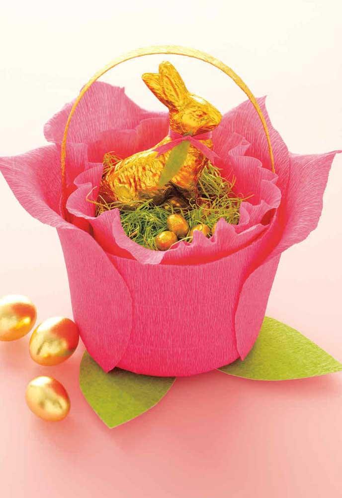 Pequena cesta de Páscoa feita com papel crepom, no interior coelho e ovinhos de chocolate
