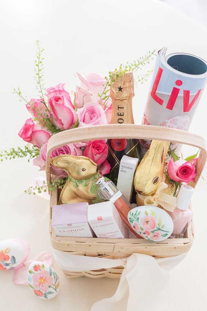 Uma inspiração delicada de cesta de Páscoa feminina decorada com flores