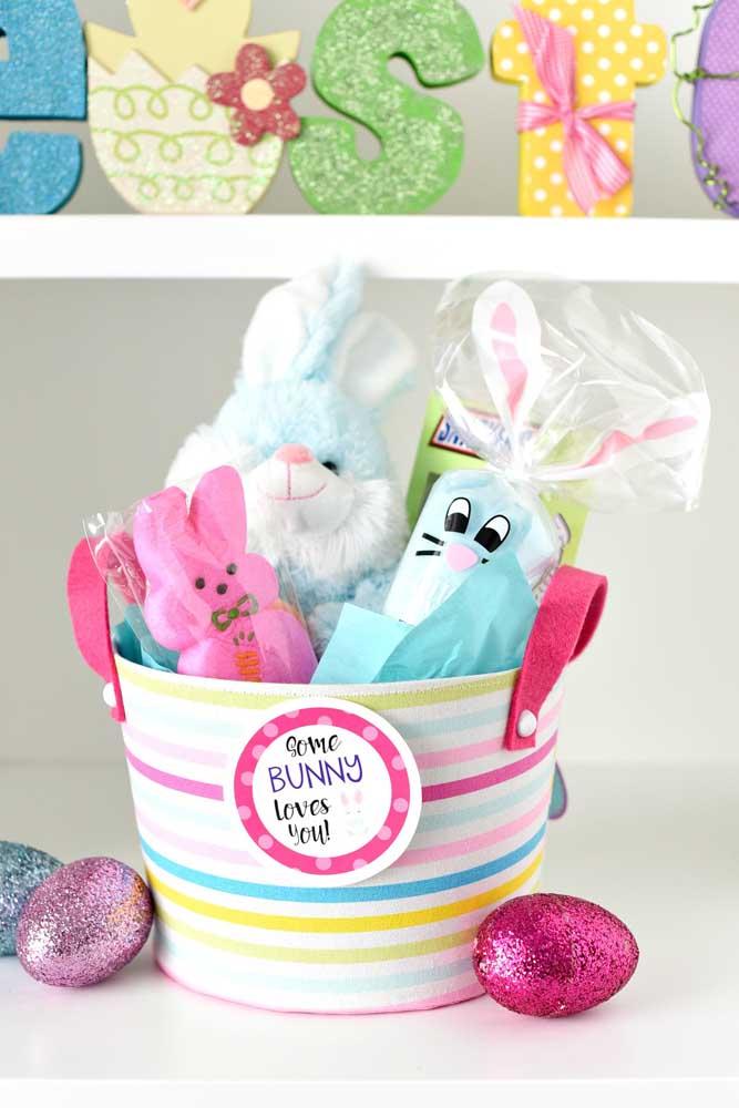 Linda essa cesta de Páscoa no baldinho com coelhos e ovinhos de chocolate