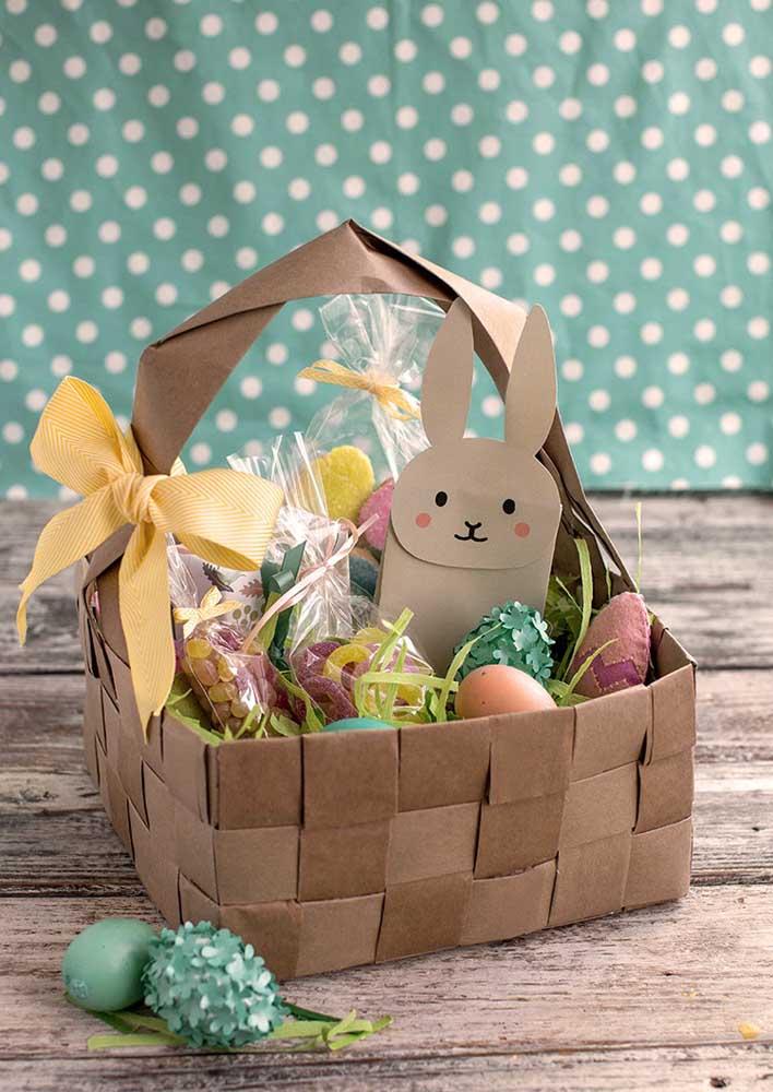 Cesta de Páscoa feita com tiras de papel trançado e recheada com ovinhos de chocolate